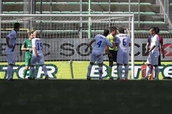 Una scena ormai quasi settimanale: giocatori interisti increduli intorno all'arbitro. In area di rigore.